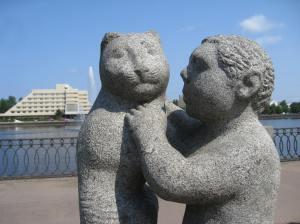 Lapsi ja eläinystävä, taustalla hotelli Druzhba