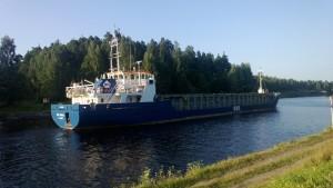 Rahtilaiva Saimaan kanavassa matkalla Viipuriin kesällä 2013