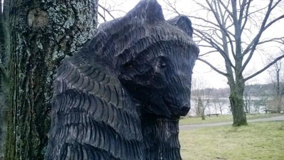 Myös täällä museota vartioi karhu.
