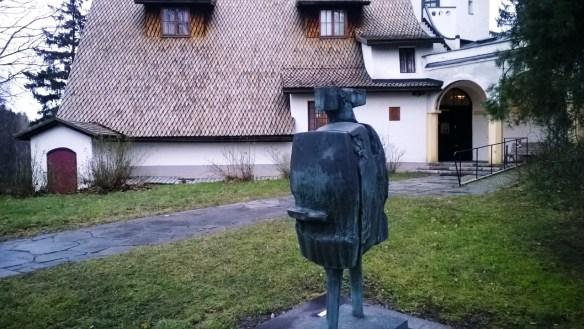 Didrichsseniltä lainassa oleva Bernard Meadowsin patsas sopi juuri joulun tunnelmaan.