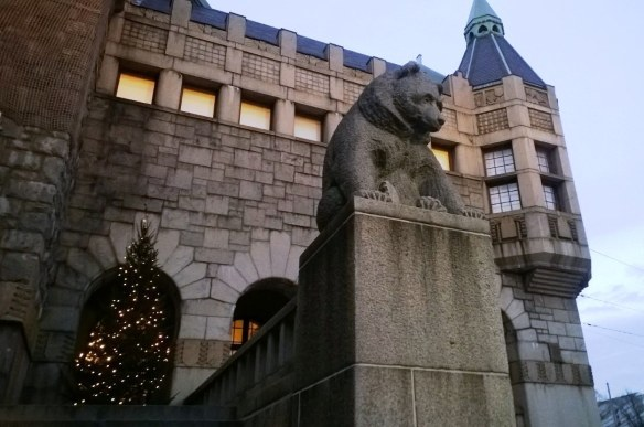 Kansallismuseon karhu ja joulukuusi