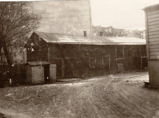 Täällä Karhu asui! Hevostalli isoisän kodin pihapiirissä Hietalahdessa. Kunpa löytyisi Karhustakin kuva.