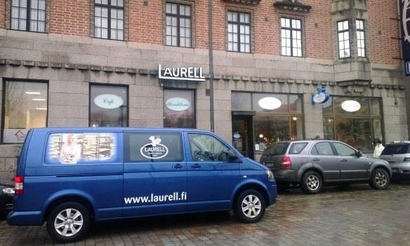 Hämeen paras leipomo-kisan voiton jälkeen Laurellilla oli jonoa. Auto tuo lisää myytävää!
