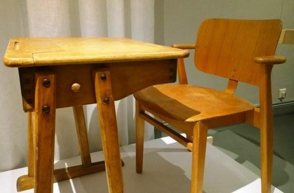 Ilmari Tapiovaaran Domus -koulutuoleissa ja -pulpeteissa on moni meistä istunut. Tämä klassikko löytyy Tapiovaaran 100-vuotisnäyttelystä Design-museosta.