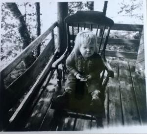 Kesämökin verannalla 1960-luvun puolivälissä.